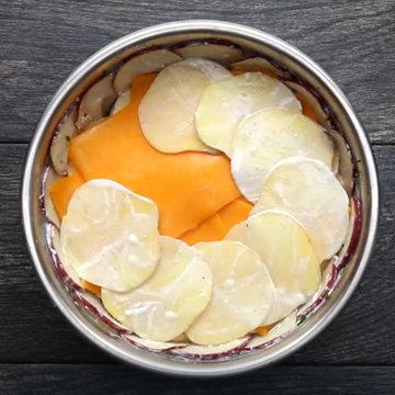 9. Выложить оставшуюся часть сыра чеддер на картофель