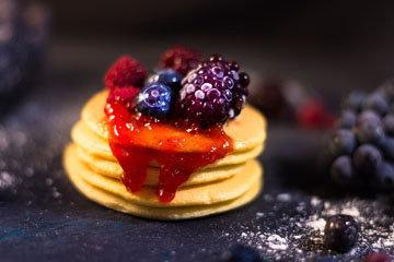 Блины подают со сметаной, вареньем, ягодами, с медом или с начинкой