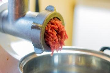 Мясо провернуть через мелкую решетку