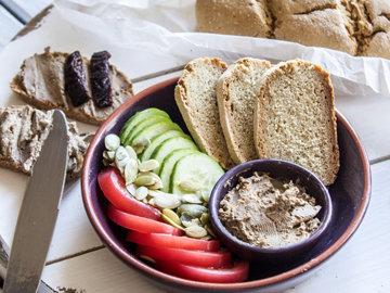 сочетается со свежим домашним белым хлебом