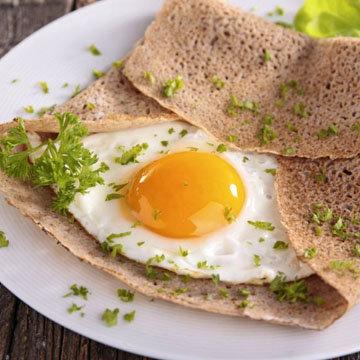 Хрустящие энергетические рисовые блины с жареным яйцом
