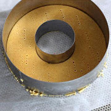 3. В центре вырезать диск