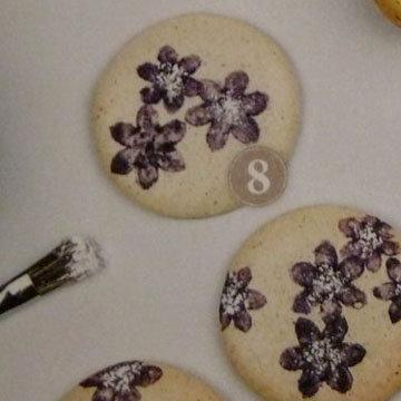 6. посередине цветочков насыпать сахар