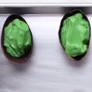 мороженое выложить в кожуру авокадо