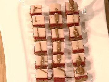 13. побрызгать шоколадом пирожные