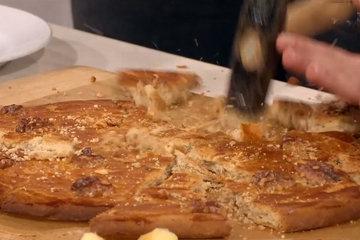 Чтобы подать Ореховый пирог Broyer du Poitou, его разбивают молотком на кусочки