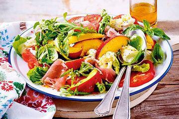 1. Закуска-перекус. Салат с персиками и моцареллой