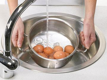 Опускать яйца в холодную воду