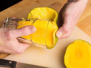 очистить манго со стаканом 2