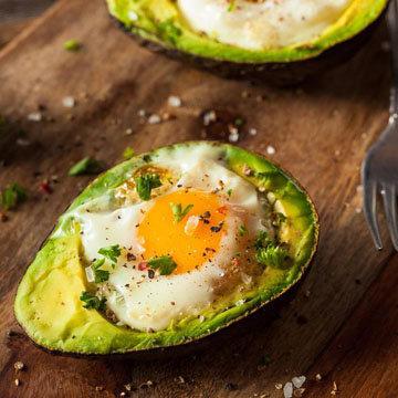 приготовьте яйцо в авокадо