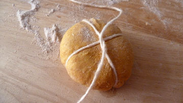Как сформовать булочки в виде тыквы 3
