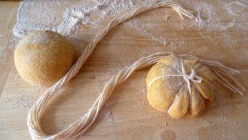 Как сформовать булочки в виде тыквы 4