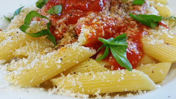 Пенне с помидорами, анчоусами, каперсами и оливками