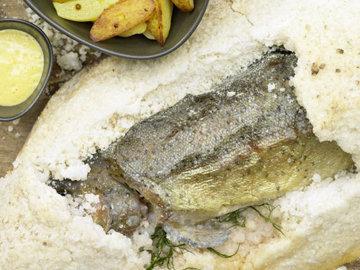 Как готовится Запеченная форель в духовке целиком в соли