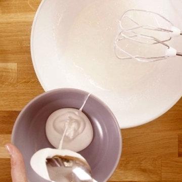 3. Отложить 2 столовые ложки смеси безе