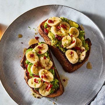 Авокадо с бананом и лаймом на хлебе