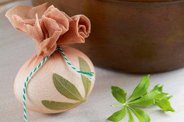 Как красить яйца в луковой шелухе с узором 3