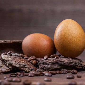 Кофе - естественно делает пасхальные яйца коричневыми
