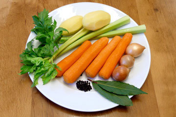 За 30-40 минут до окончания варки бульона добавить овощи