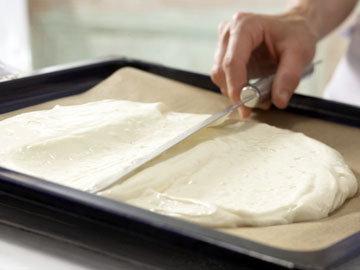 Вылить тесто и быстро разровнять