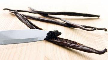 Стручок ванили разрезать вдоль и тупой стороной ножа выскрести зернышки