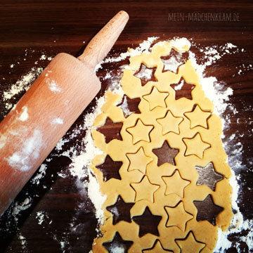 Вырезать формочками печенья