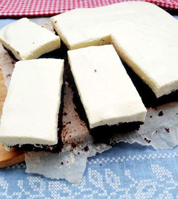 Крем выложить сверху на бисквит