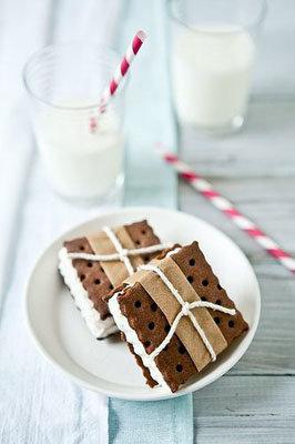 Сэндвич с шоколадным печеньем и мороженым