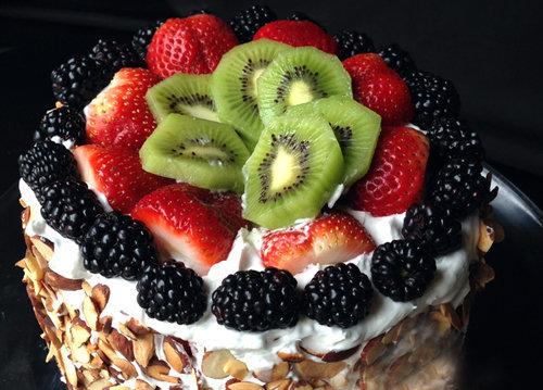 Торт украсить свежими фруктами, ягодами или съедобными цветами