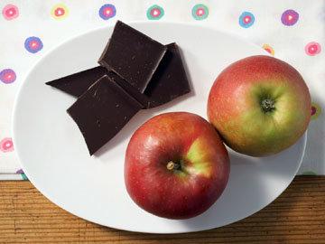 2 яблока по 200 г, 40 г шоколада