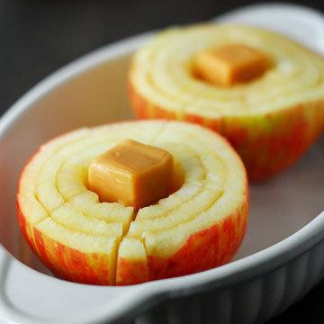 В центр каждого яблочка положить по 2 карамельки