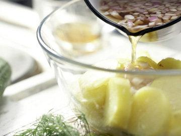 Отвар с луком вылить на картофель
