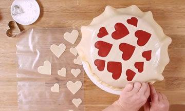 Вырезанные сердечки выложить на торт