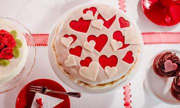 Как украсить торт марципановыми сердечками