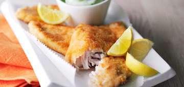 Подать рыбные палочки с салатом и лимонными дольками