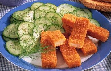 Рыбные палочки и салат из огурцов