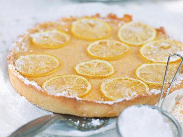 Украсить тарт тонкими дольками лимона