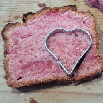 Формочкой для печенья вырезать сердечки