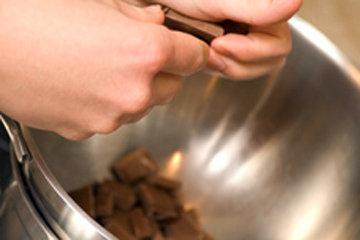 Шоколад грубо порубить