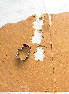 Вырезать формочкой для печенья медведиков