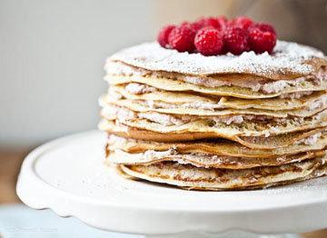 Украшение торта из блинов можно разнообразить на ваш вкус