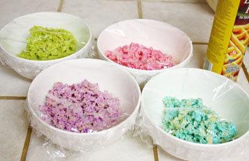 Разделить массу на несколько мисочек и использовать для окраски различную пищевую краску