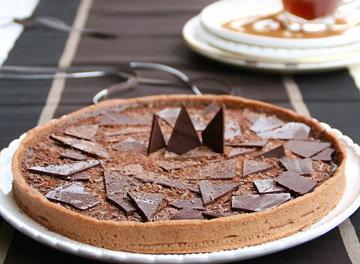 Покрыть пирог кусочками шоколада