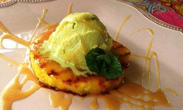Ананас, приготовленный на гриле очень вкусен с шариком мороженого