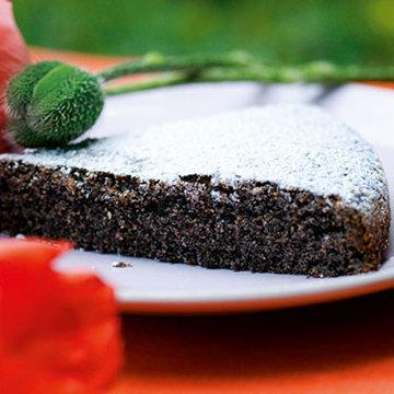 Подать пирог, посыпав сахарной пудрой