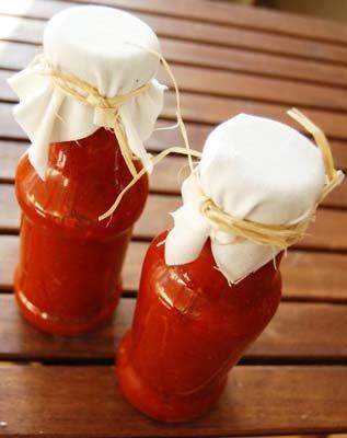 Разлить соусом горячим по баночкам и сразу закрыть