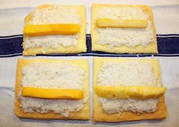 Рис выложить на бисквиты, на него посредине по кусочку фрукта