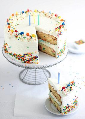 Украсить торт можно по-разному