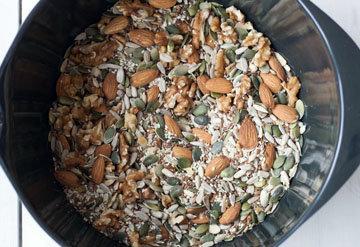 Семечки (очищенные), семена и орехи положить в мисочку