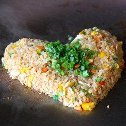 Подать блюдо Свинина в фольге Thịt quay можно с рисом